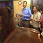 Il volontario Steven Fioco durante la consegna degli Attestati di partecipazioni ai corsi serali di Italiano per Stranieri di Alfabeti.
