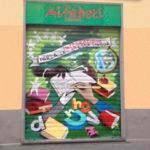 L'entrata della sede di Alfabeti in via Abbiati, con il nuovo affresco dipinto direttamente sulla serranda.