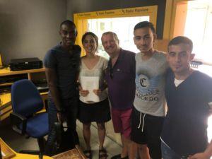 Sopra, al centro la giornalista Elena Mordiglia di Radio Popolare che cura la rubrica Bam Bam Bam e il vicepresidente di Alfabeti Onlus Gianni